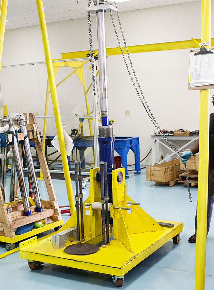 hydraulig lift for wind turbine engine repair